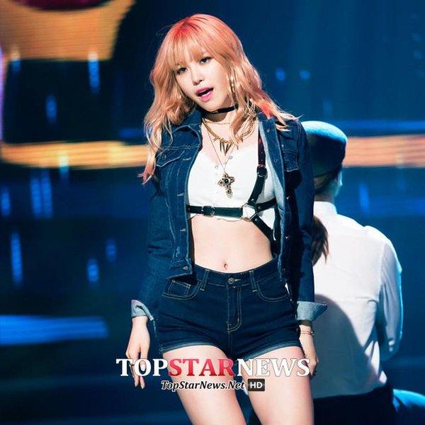 #4.Secret 全烋星 發行solo展現和secret時不同性感路線的烋星不僅男性粉絲超多 不過瘦卻同時展現曲線美的身材也同時讓她成為韓國女性的模範身材之一 穿著合身的牛仔也展現韓國現在最紅的apple hip(蘋果臀)成為她上榜的最大理由