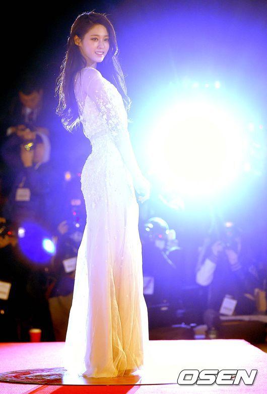 今年出席青龍電影賞時,一襲驚豔媒體 瞬間讓閃光燈狂閃的優雅禮服,更讓人看到雪炫超完美的好身材