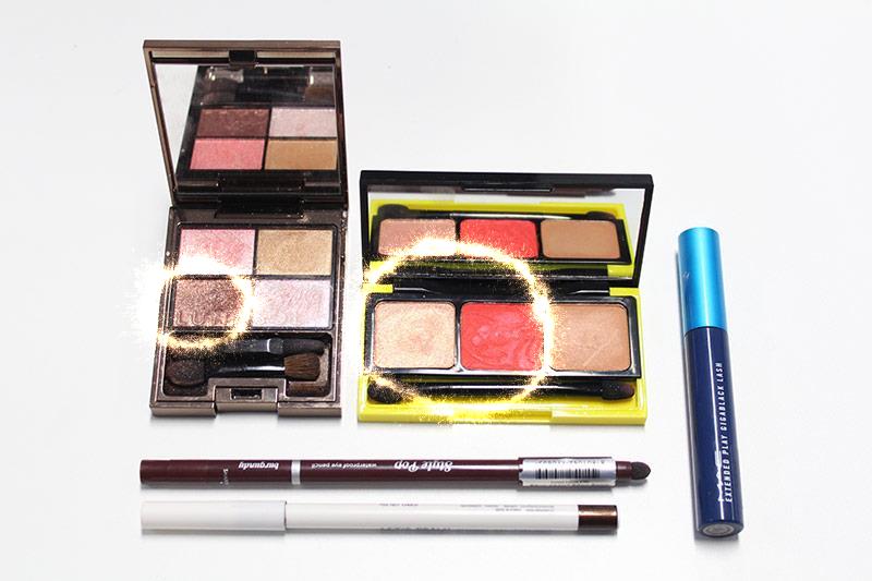 先來給大家看看小編今天用到的美妝, 眼影用了三種顏色:褐色、金色、珊瑚紅色 眼線筆:深棕色、酒紅色,外加睫毛膏!