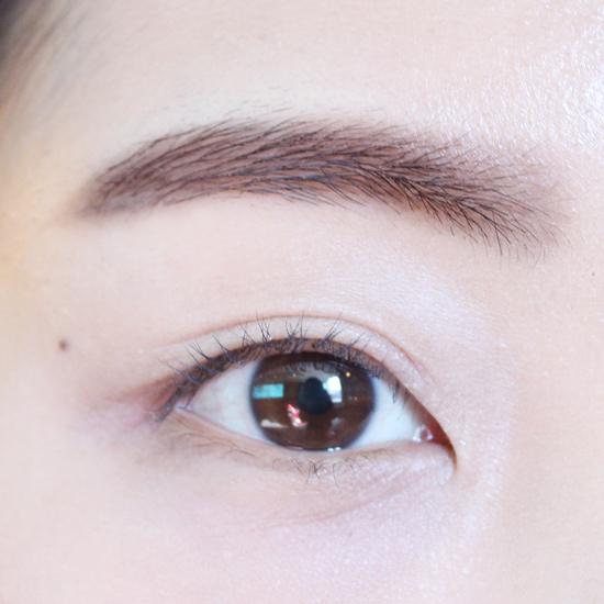 韓妞最喜歡棕色隱眼和美瞳了!所以眉毛也畫了跟隱眼同色系的棕色。
