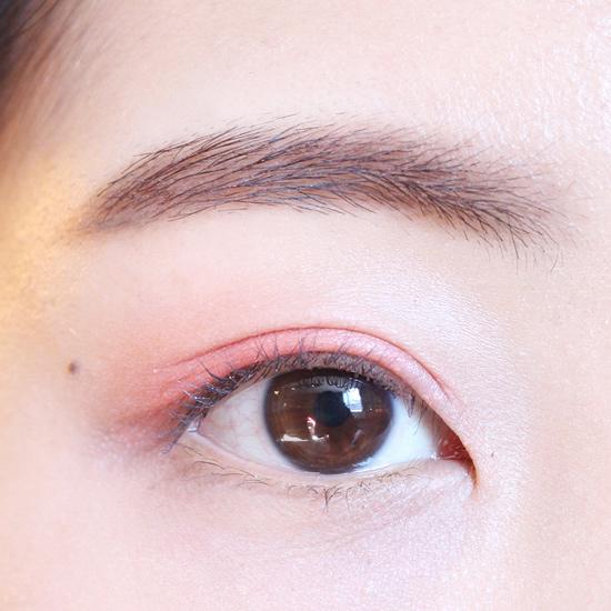 現在正式進入眼妝教程! 上眼皮先用珊瑚紅色大面積打底~~
