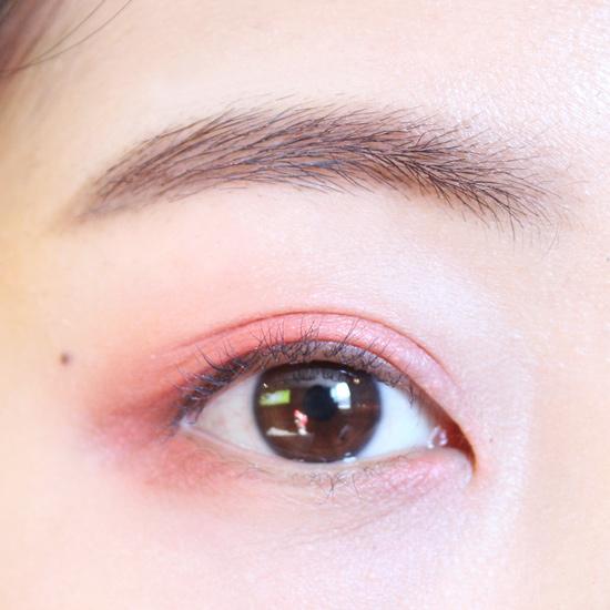 下眼皮留出中間的眼球部分,前後也用同色系眼影塗一下,眼角部分要暈開,塗成一片。