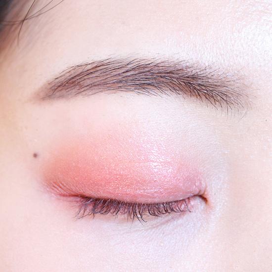 金色眼影只塗一下上眼皮的中間部分,起到提亮的效果。