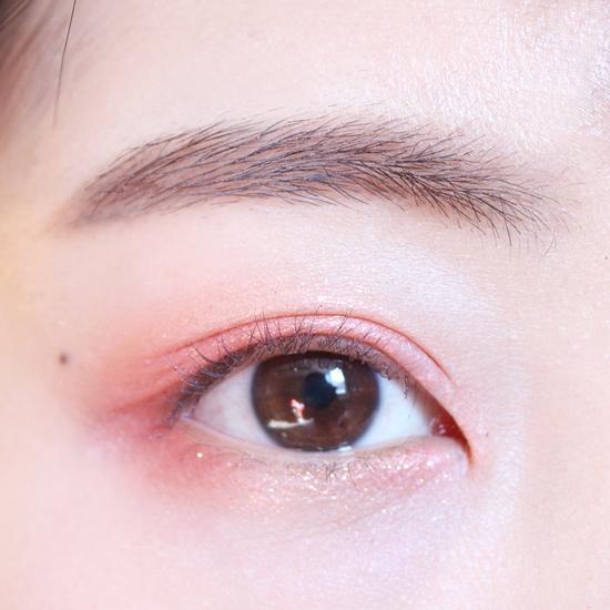 剛才下眼皮留出的中間部分也塗上金色眼影,上下呼應。