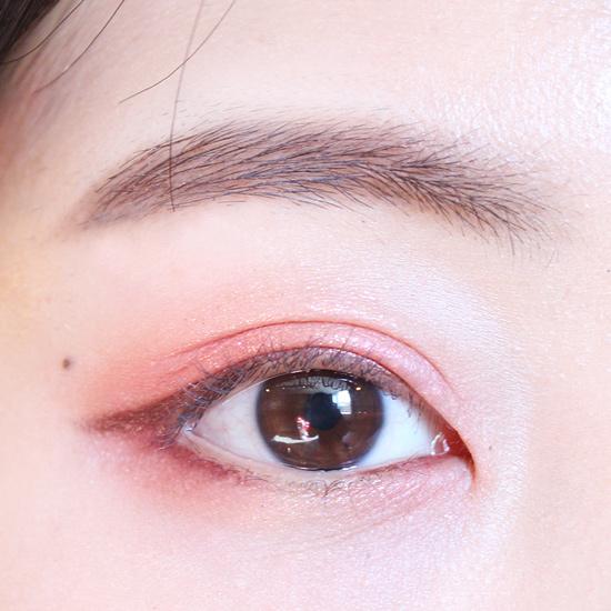 下眼皮的中間部分依舊空出來不畫,前後兩邊用的是酒紅色的眼線筆。