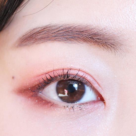 最後刷上睫毛膏,紅粉色的魅惑眼妝就完成了~~~