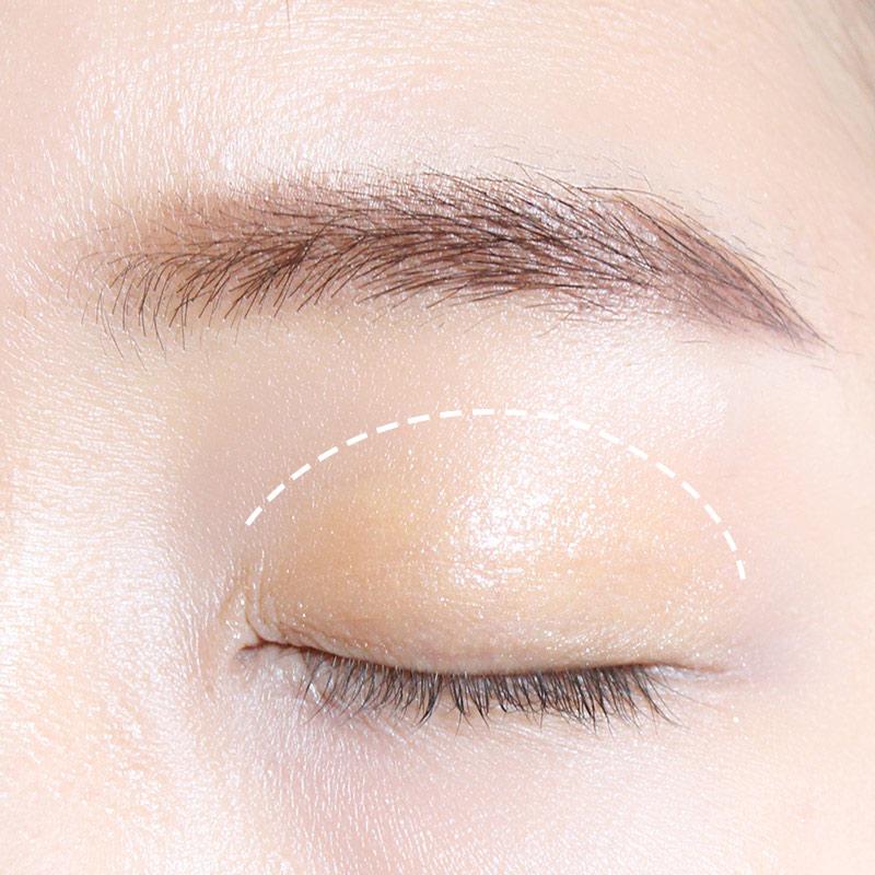 先畫好眉毛,因為是裸妝所以眉毛一定不要化成黑色,跟裸妝最搭的眉色是棕色! 眼皮大面積塗上裸橙色眼影,小編選的是帶小亮片的眼影膏,眼影膏會比眼影粉更服帖。