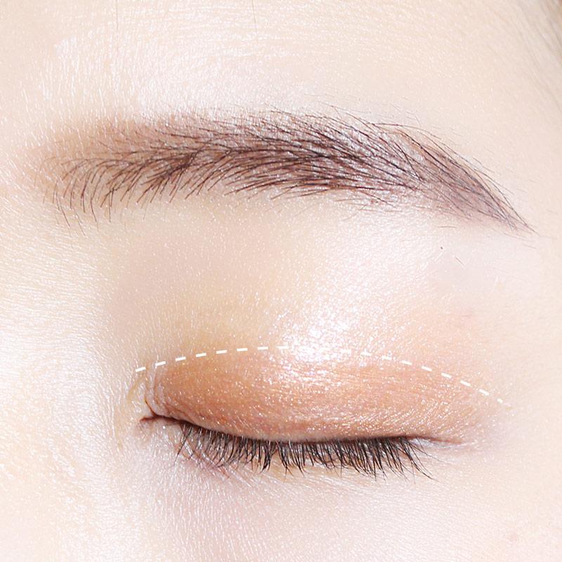 接著再用褐色眼影塗滿白線標示的範圍~