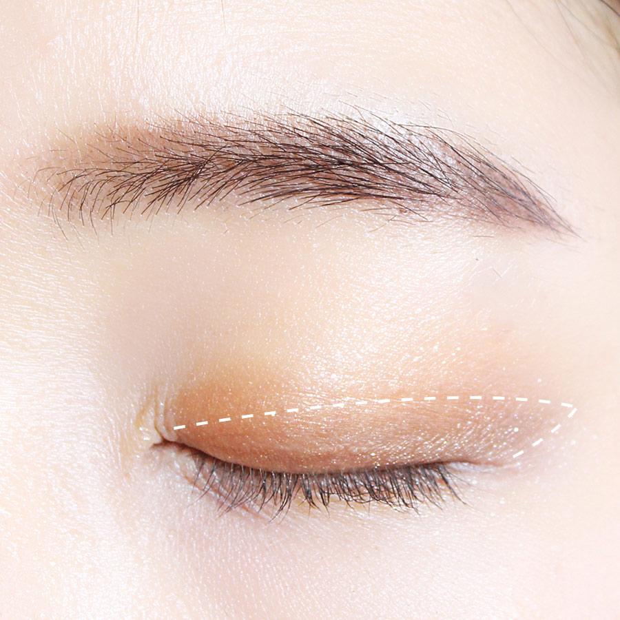 用細一點的眼影刷蘸取深褐色的眼影,跟著白線的標示,拉長眼尾!