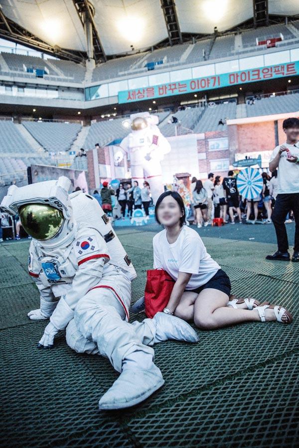 回到青春Festival的現場 坐下來拍張照吧!