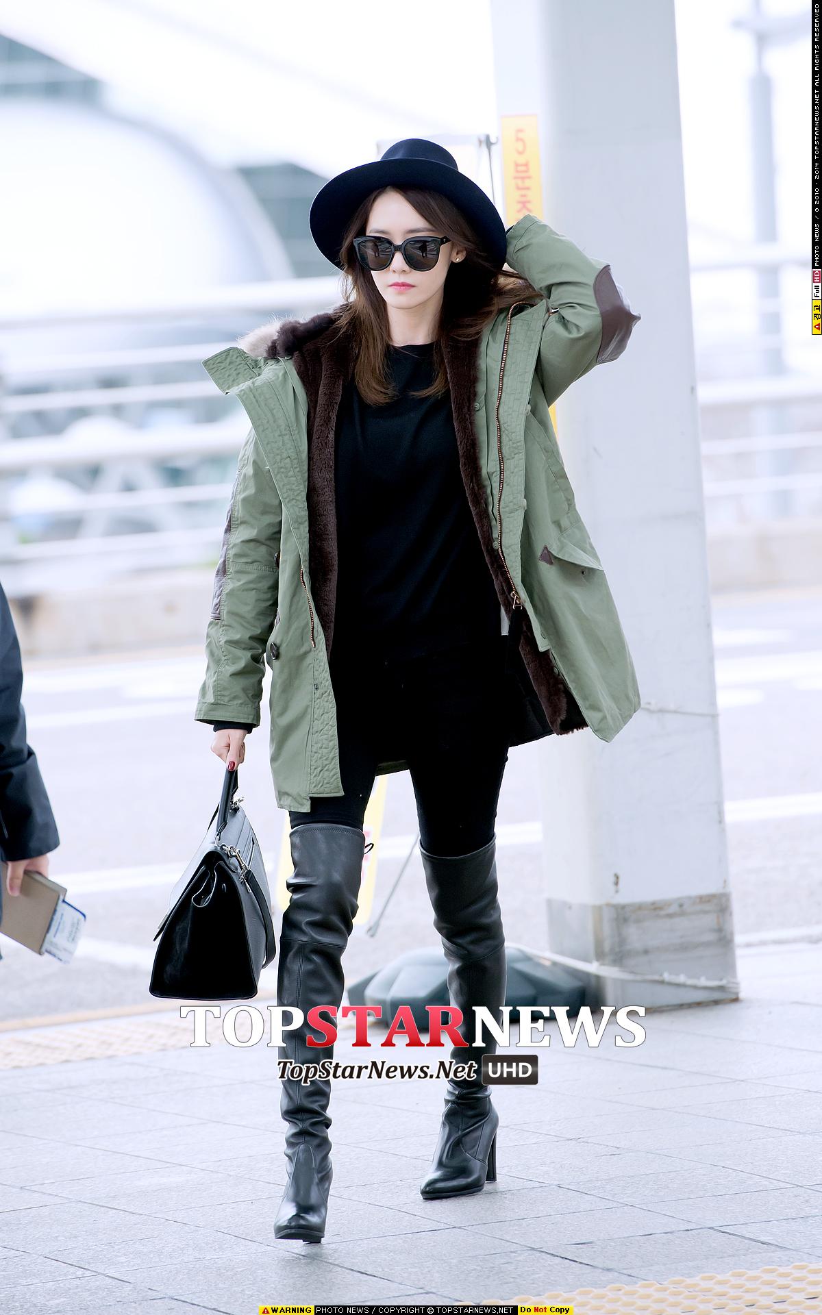 另外一天,潤娥穿上連帽軍外套,格外帥氣呀~那這款外套又是哪個牌子的哩?
