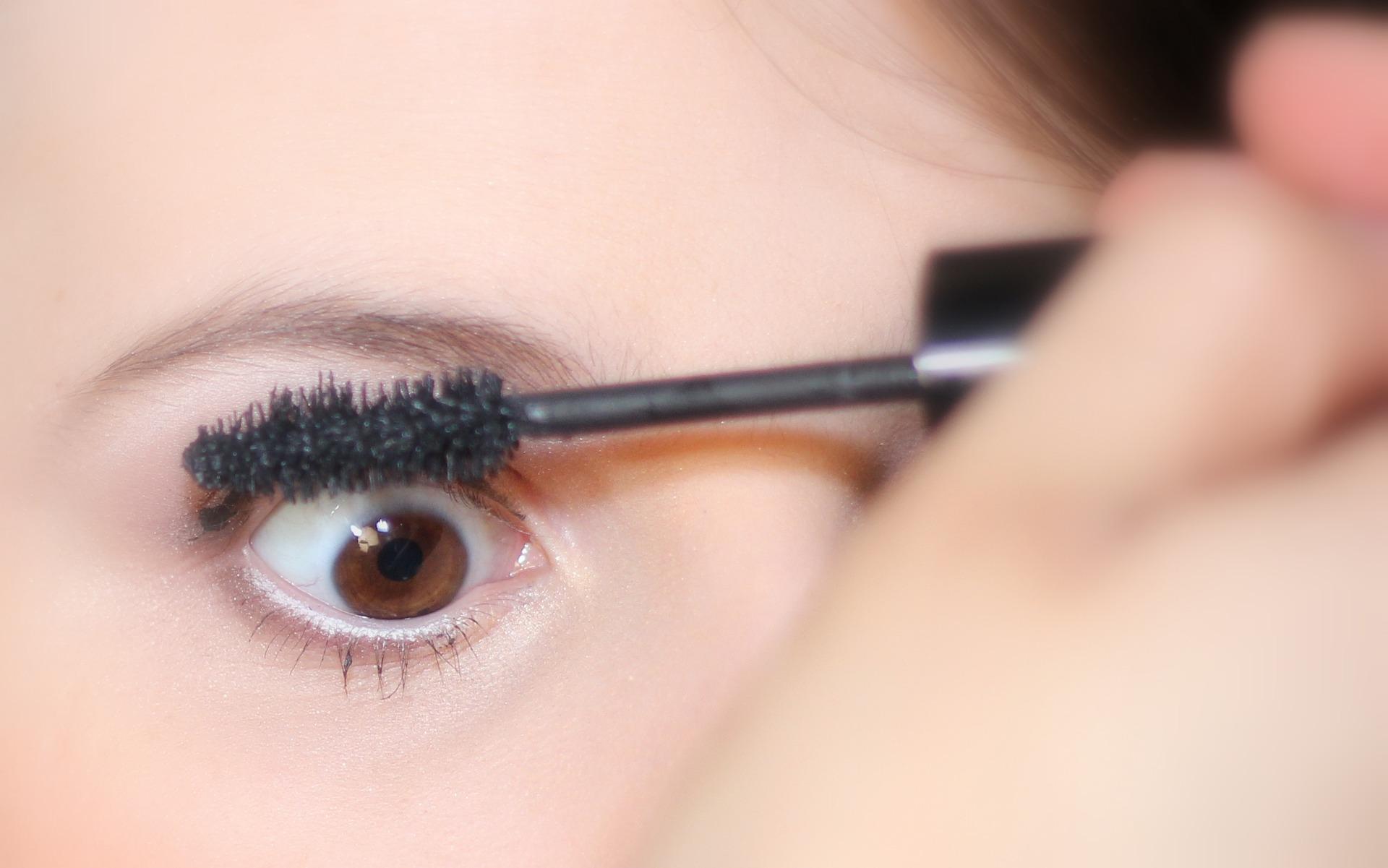 3.眼 眼睛亮,氣色就好!所以要定期用茶包、小黃瓜消除泡泡眼喔!靈魂之窗的窗簾「睫毛」可以幫助眼睛更亮,所以睫毛很低落的人,「燙睫毛器」是你的好幫手,想讓眼睛亮起來就靠它了!