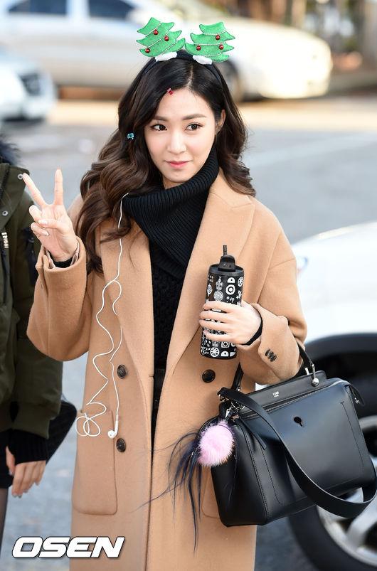 還想說粉紅控換人當了嗎?帕尼(Tiffany)在自己的包包上還是掛著了粉紅毛球小吊飾啦~