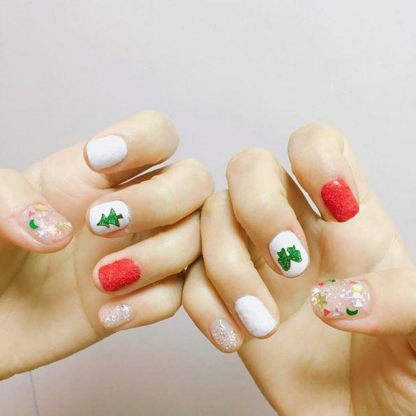 或是這樣配上充滿聖誕氣息的指甲彩繪