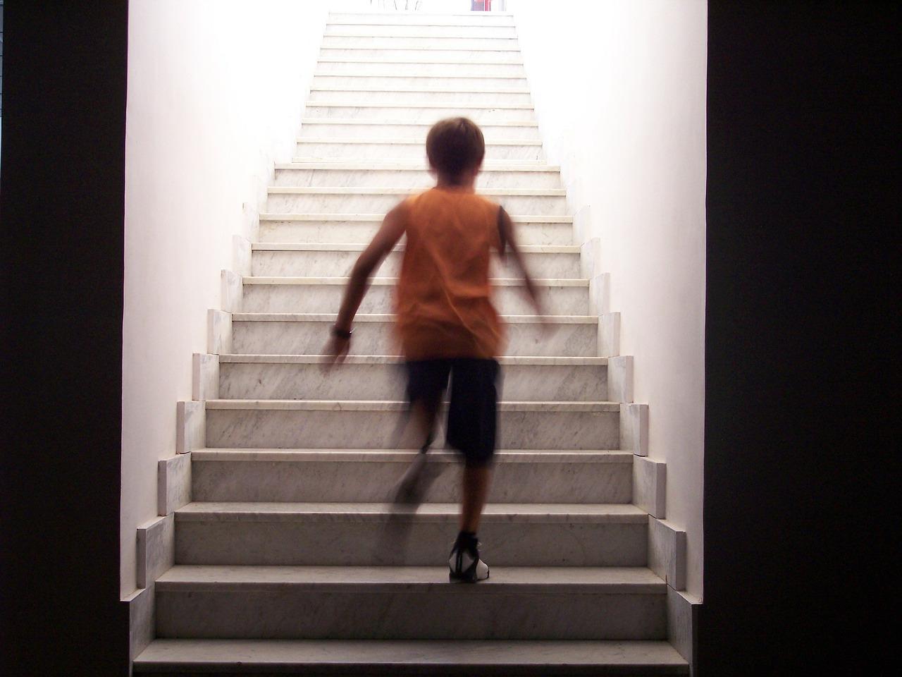 4.上下樓梯 想讓腿變漂亮嗎?爬樓梯就對了!如果不想出門,做一個高度大概在小腿一半的平台,在平台上下走,同腳上同腳下,然後一直重複。