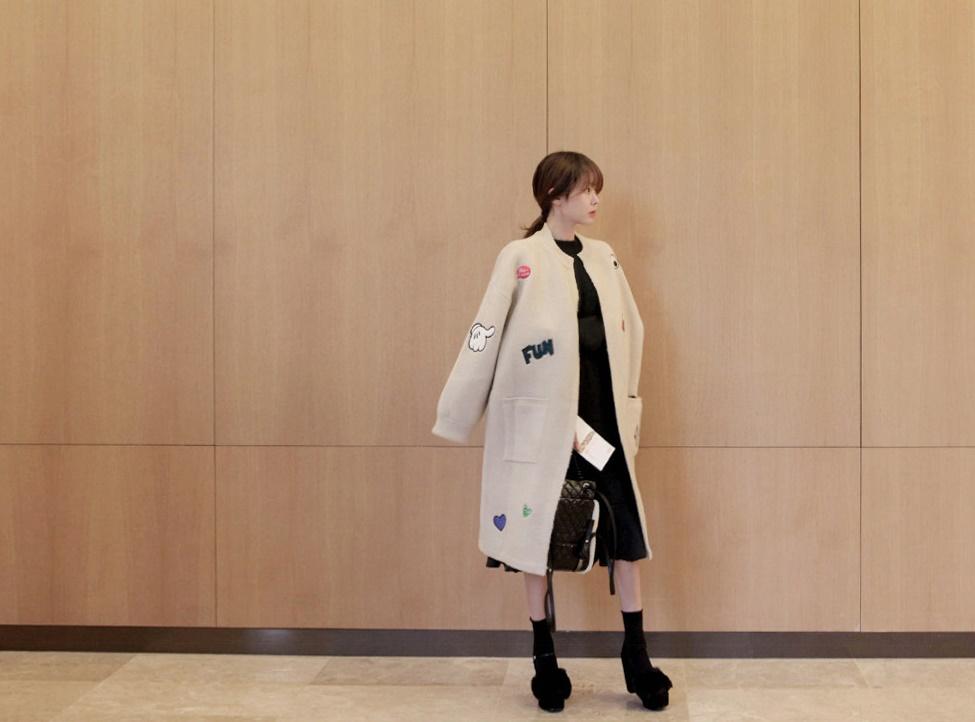 荷葉邊過膝洋裝很特別,外罩的長外套也很吸睛,這樣搭好好看喔!