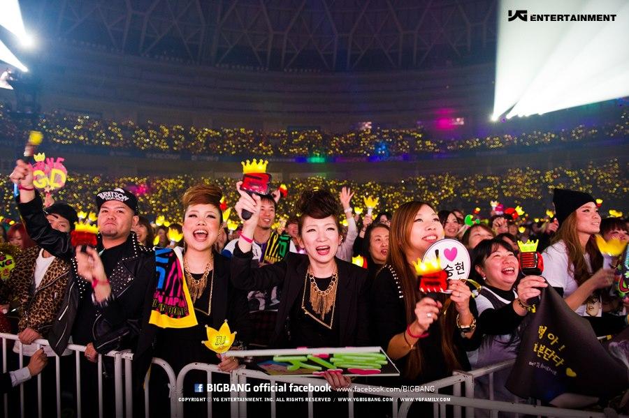 看BIGBANG推出的日本版手燈,就是紅色的B+黃色的皇冠組合而成,沒有說一定是用黃色應援