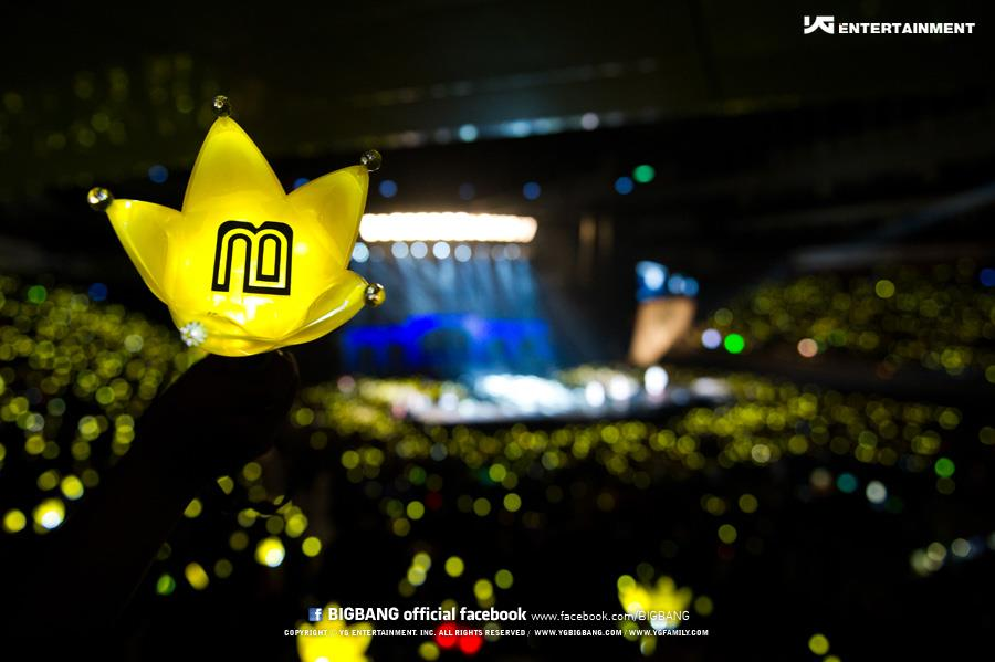 .....是因為應援手燈是皇冠造型,搭配黃色外殼所以變成了一片黃色海洋,但其實BIGBANG是用應援物區分,早期官方的應援物是方巾與皇冠造型手燈