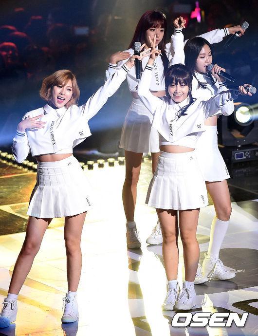 #10.APINK 第10名是只要你7月到韓國旅遊 就絕對能在街上聽到的APINK! 雖然Remember同期對打不少好歌 但還是靠著超好記的旋律 在音源榜上拿下好成績 特別是成員恩地和娜恩在今年都拍出好劇 超高曝光率讓她們成為韓國國民心目中今年的閃耀之星第10名