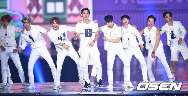 #7.EXO 今年超忙碌的EXO 不僅發行了《EXODUS》的中、韓版本專輯 改版的專輯《Love me right》也銷量超高 成為韓國時隔12年後再度出現的雙白金專輯歌手 sm的冬日特別企畫《sing for u》的專輯不只攻佔海外音源 有錢也不一定買得到的專輯更讓大家看見他們的超人氣