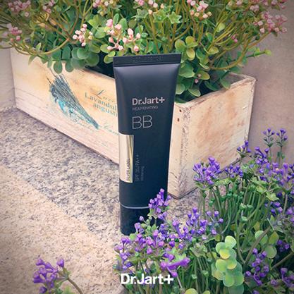 Dr.Jart+ 極致柔焦BB霜 韓國的醫美品牌,推出許多美妝產品都很受歡迎!這款BB霜獨特「空氣輕盈質感科技」,有助於預防顏色改變,改善肌膚暗沉,既能遮瑕又能透氣,還能有效亮白、緊實肌膚,打造水煮蛋般的柔亮肌!