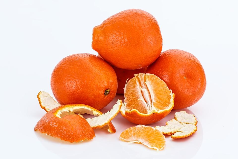 #4 橘子所富含的酸性其實不如大家所想的多,有些人會留下剝掉的橘子皮,洗淨後可以磨磨牙齒,豐富的維他命C具有美白效果,同時減少牙菌斑。