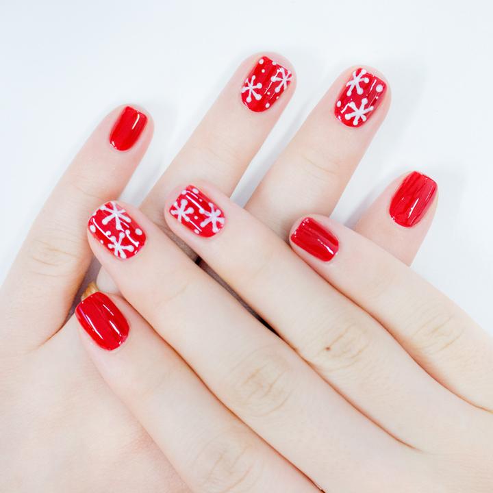 而且紅色指甲油還可以顯白喔! 美妞們別猶豫了!趕快跟著畫上可愛的雪花指甲吧~