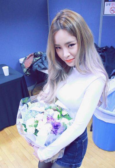 說到獨特的髮色,除了Hani  Rapper Heize也用髮色突顯她與眾不同的個性 淺紫色也讓原本就白皙的她看來更白皙