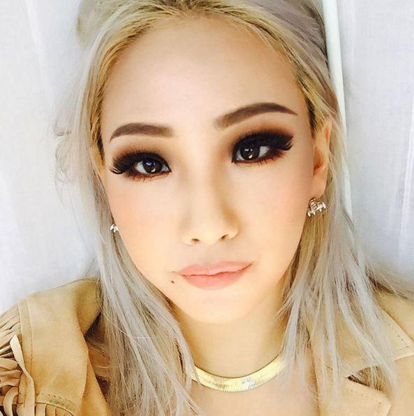 不只是化妝 連髮色選擇也很大膽的CL 漂髮到接近有些白金色再搭上CL才能駕馭的眼妝 不僅看來充滿了歐美風的時尚感也相當符合CL的霸氣風格