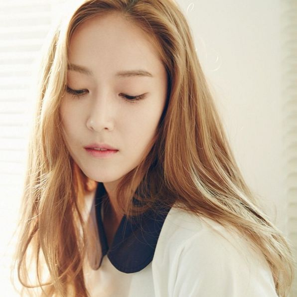 一般在台灣常見的是顏色較深的染髮 但偶爾跳脫一下常規 像是Jessica這樣選擇比較淺帶有棕色質感的金色 不僅適合原本膚色白皙的女生 能讓皮膚看來更白皙 配上淡妝時更是散發貴族般的氣息