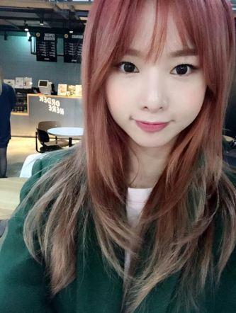 率智則是選擇了自然的漸層色  介於紅色和棕色間讓人覺得特別又不會引人側目 特別的色彩效果讓漸層成為今年許多韓國女生的「變髮」首選