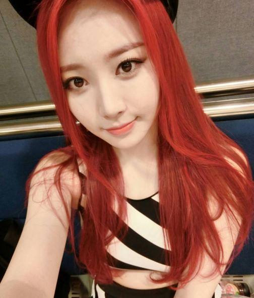 雖然像順圭那樣亮眼的紅色不是每個女生都有信心征服、挑戰 但像是GIRL'S DAY的Yura 這樣的紅色卻是今年韓國相當流行的髮色