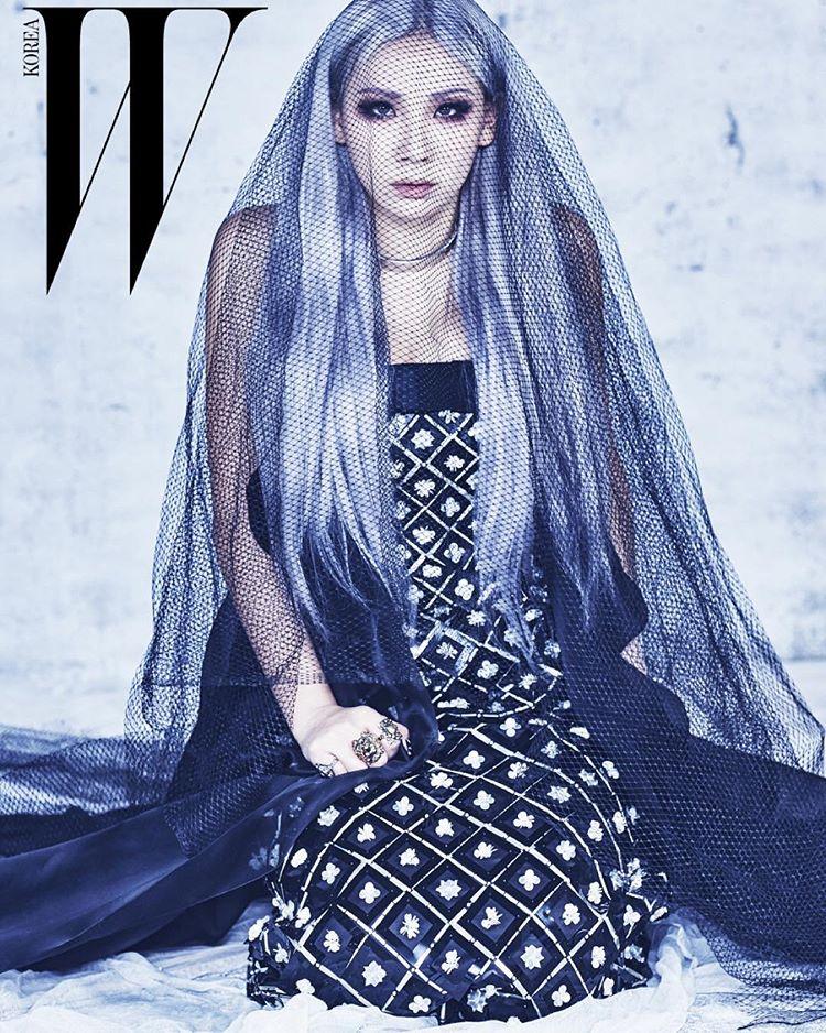 一頭銀藍色的長髮好比冰山裡的公主,冷豔又有威嚴!