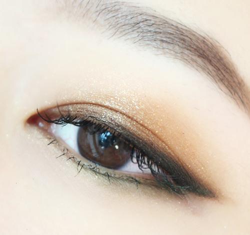 先用兩腫大地色眼影畫出上眼皮的層次感,卡其綠色畫下眼皮,最後再畫上黑色眼線就好了。 這也是最百搭的日常妝,卡其綠色的下眼皮也是點睛之筆,絕對讓你誘惑滿滿!