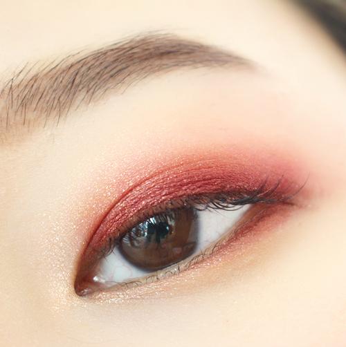 米色大面積打底後,用酒紅色重點畫一下雙眼皮部分和下眼皮的眼尾,假睫毛只貼後半部分塑造出貓眼妝的誘惑感!