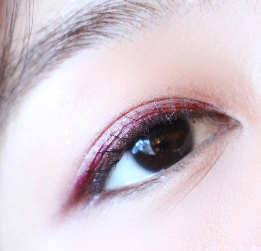 整體都用紫紅色打底,誇張而不過分,讓整個妝容嫵媚起來!這麼大膽的眼妝最適合年底聚會趴體了!