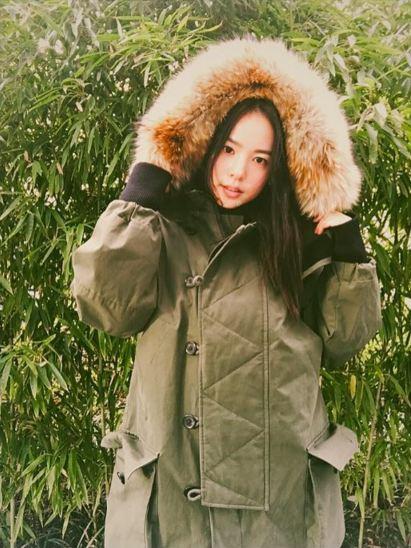 穿著只露出臉蛋的大棉衣的閔孝琳 (如果小編穿的話...很明顯會變棕熊的T0T)