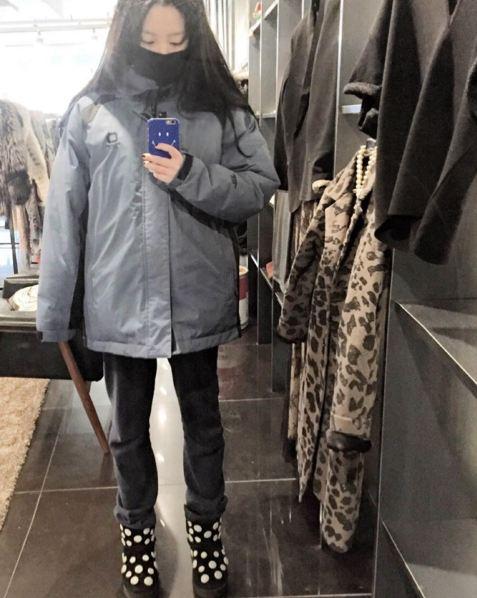 口罩+厚厚的外套+毛毛靴...果真是全副武裝!! 這個樣子,有可能擦身而過都不認識的呢?