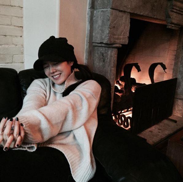 坐在壁爐前取暖的孫藝珍...帽子可是保暖的不二法寶哦!