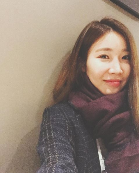 在匈牙利和姜珉耿一起展現魅力的Davichi李海莉... 紫色的圍脖,看起來都好暖和的樣~