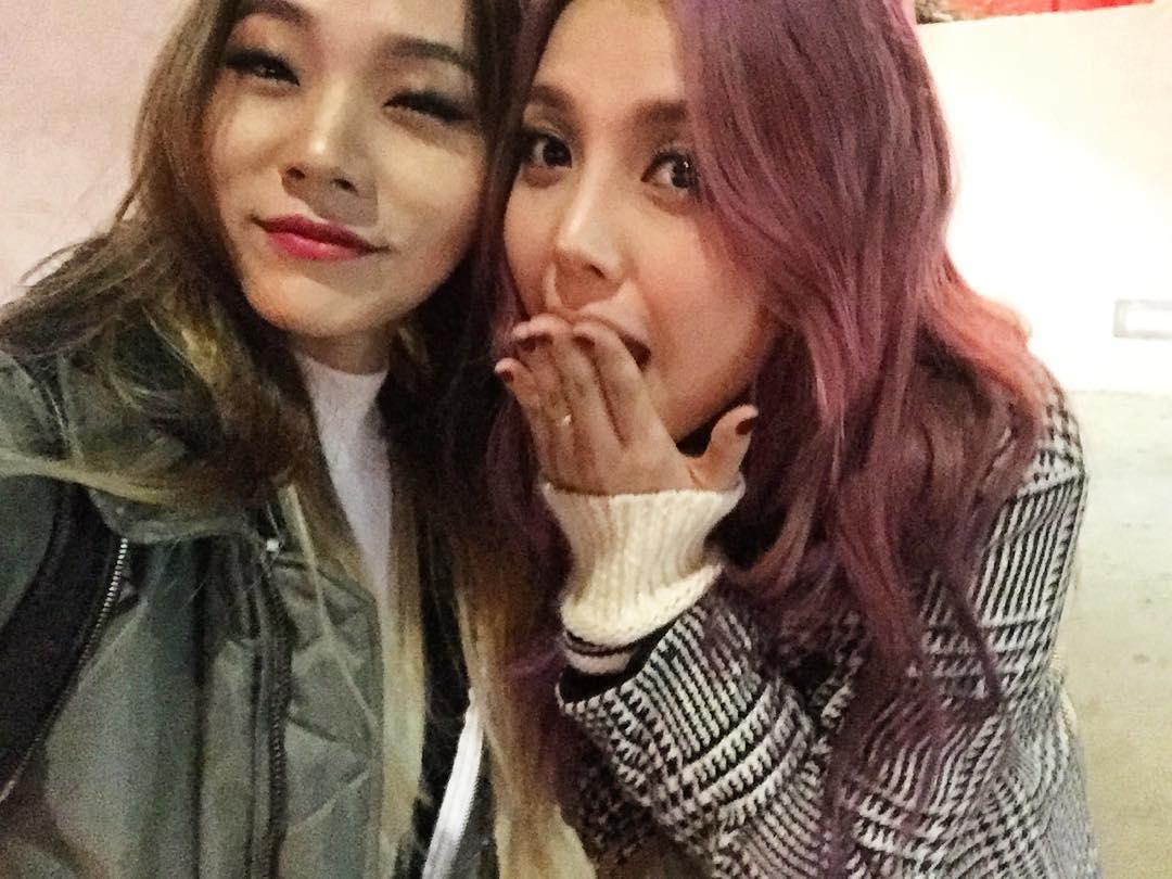 後來~CL與韓國知名美妝部落客Pony(右)合作之後,HL的妝也順理成章給Pony打點,然後都給Pony化的結果是,兩姊妹又長更像了!