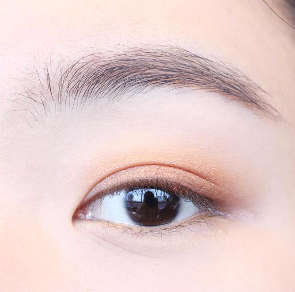 為了凸顯上眼皮,從上眼瞼到眉骨部分都用大地色眼影填滿。