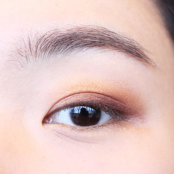 深棕色眼影,從瞳孔到眼尾逐漸加重,只掃上後半部分就好了!