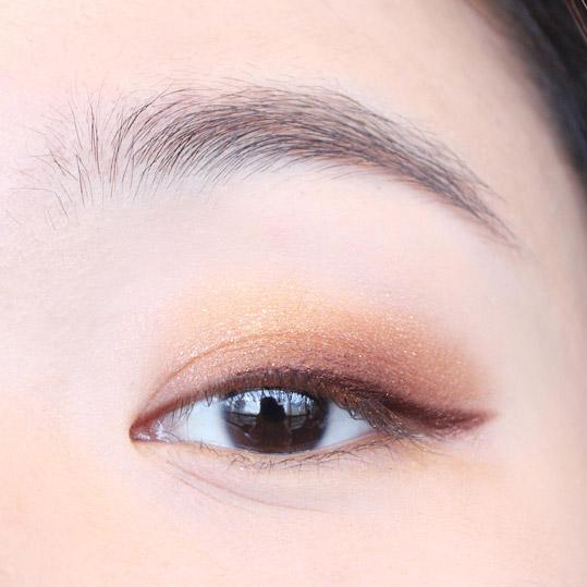 再用深棕色的眼線筆畫出適合自己眼形的眼線來。