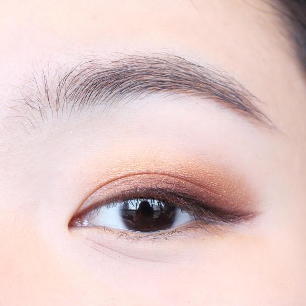 最後再用咖啡色眼影暈染一下眼線和眼影的分界處,使眼線和眼影平滑過渡。加重眼尾部分,讓眼窩看起來更深邃。