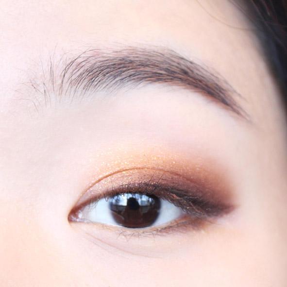 再用剛才的咖啡色眼影重點畫一下下眼皮的眼尾部分,看起來更誘惑。