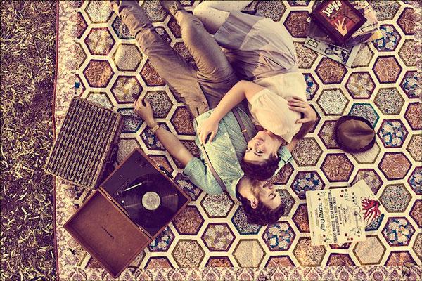 9. Matt and Angie Sloan 沒有昂貴的酒店、攝影棚為背景...只在雜草叢生的草坪上鋪一張簡單的墊子,就能拍出美照~