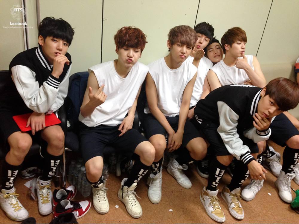 防彈少年團 拯救了 Big Hit娛樂 - Big Hit的老闆本來是JYP娛樂的音樂製作人,所以早期都負責管理JYP藝人,直到2013年推出首個自己培訓的男子團體防彈少年團,看到現在他們這麼夯,說是Big Hit的救星也不為過!!