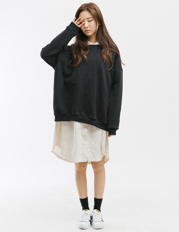 寬鬆到不行的襯衫洋裝再外搭寬鬆T,怎麼可以隨性得這麼好看啊...