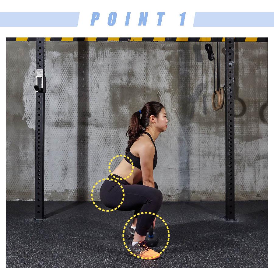 雙腿之間的距離要稍微寬出肩膀的寬度,下蹲的時候,臀要使勁向後撅。